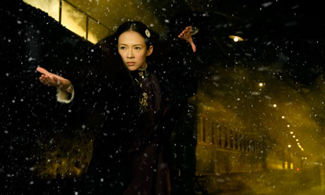 Gong Er (Zhang Ziyi) prepares herself for a showdown